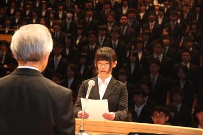 新入生代表宣誓する竹田里咲さん.JPG