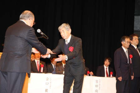40年永年勤続表彰を受ける林隆則さん.JPG