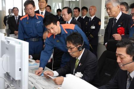 デジタル無線通信を体験する平谷市長.JPG