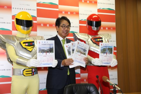ごみ分別ガイドブックを持つエコレンジャーと市長.JPG