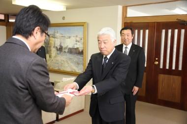 しまなみ信金 寄付 目録を渡す出雲理事長.JPG