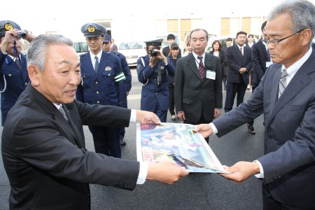 亀田会長(左)から林原社長に贈呈.JPG