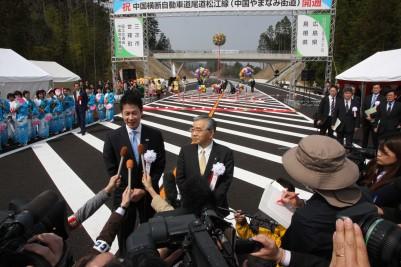 会見に答える湯崎広島県知事(左)と溝口島根県知事.JPG