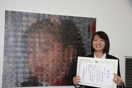 受賞作品「発表会」の前の塔尾さん.JPG