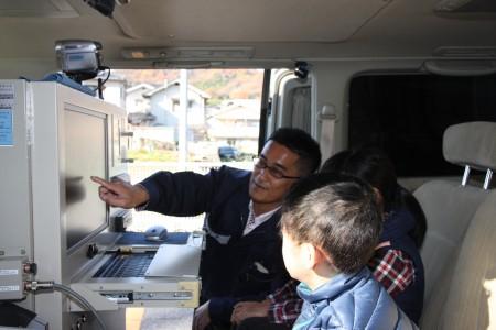 電波監視車両見学.JPG