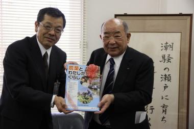 食農教材贈呈 佐藤教育長(左)上野組合長.JPG
