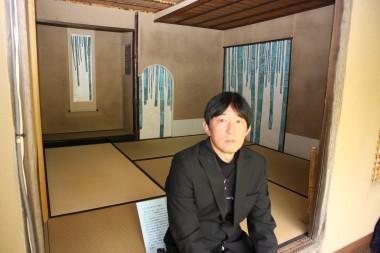 竹の襖を説明する三枡正典さん.JPG