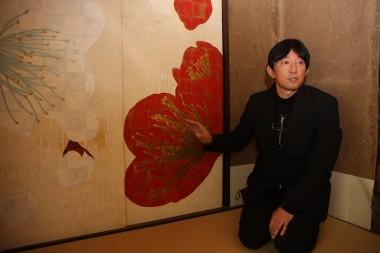 梅の襖を説明する三枡正典さん.JPG