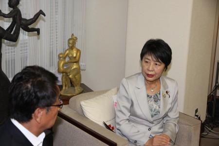 平谷市長と話す上川法務大臣.JPG